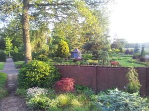 Abendstimmung mit Blick vom Alpinum zum Yearround Garten